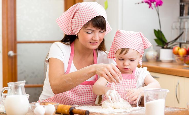 مهام خفيفة للأطفال ..تطبقها الأم والطفل معًا بالمطبخ